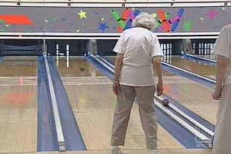 94-Year-Old Bowler Not Stopped By Age